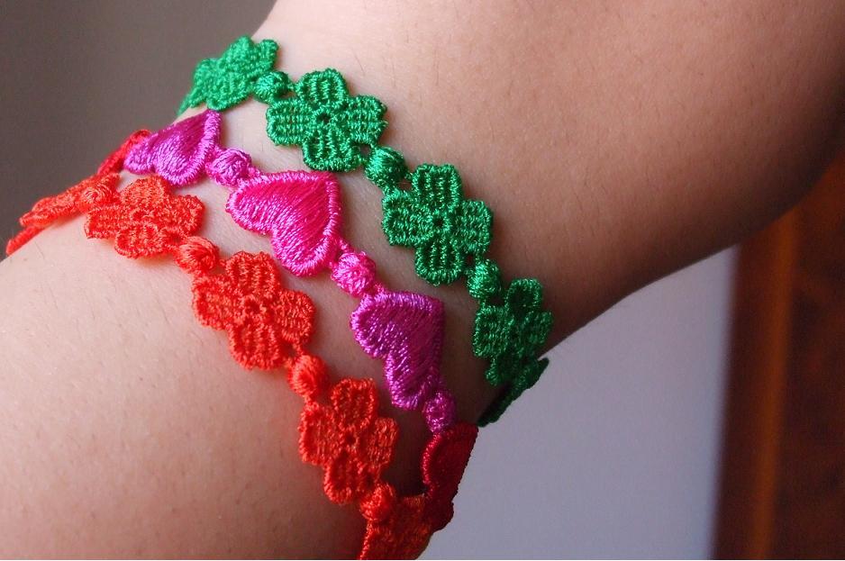 braccialetti cruciani a quadrifoglio e cuori multicolor